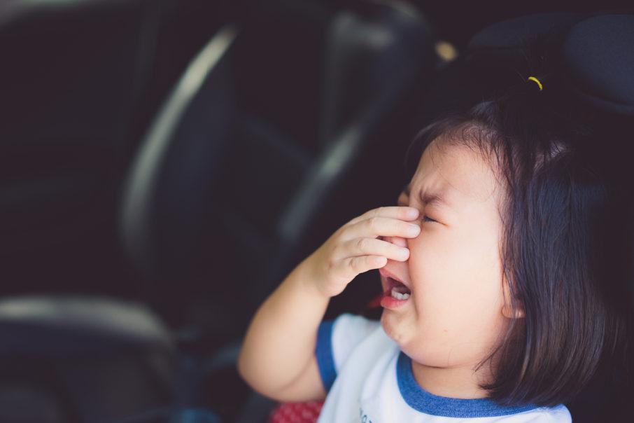 車で泣く子ども