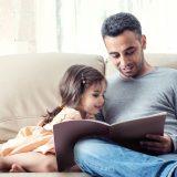 本を読み聞かせるパパ