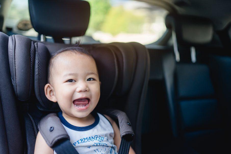 車に乗る赤ちゃん
