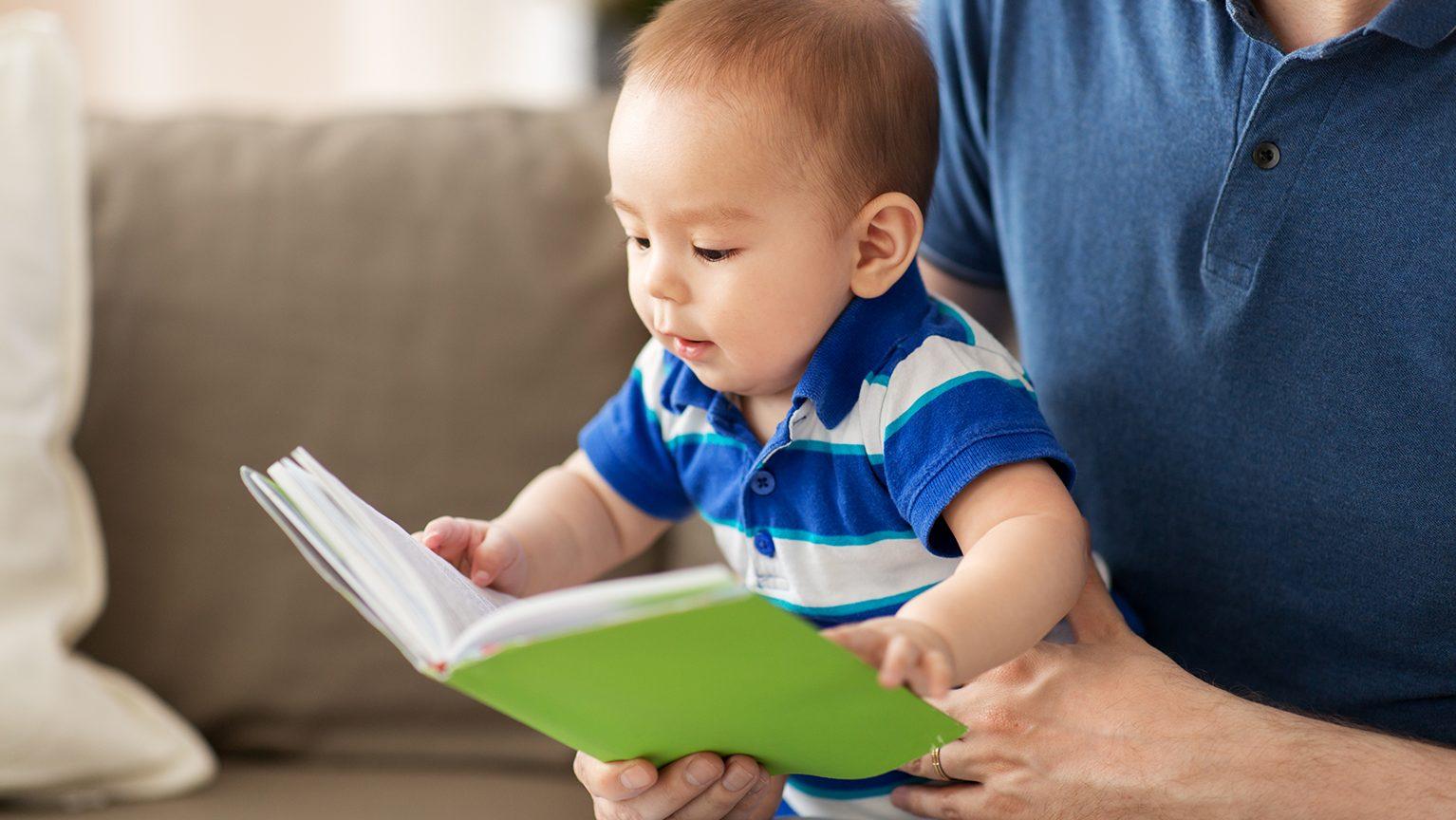 本を読みきかせてもらう赤ちゃん