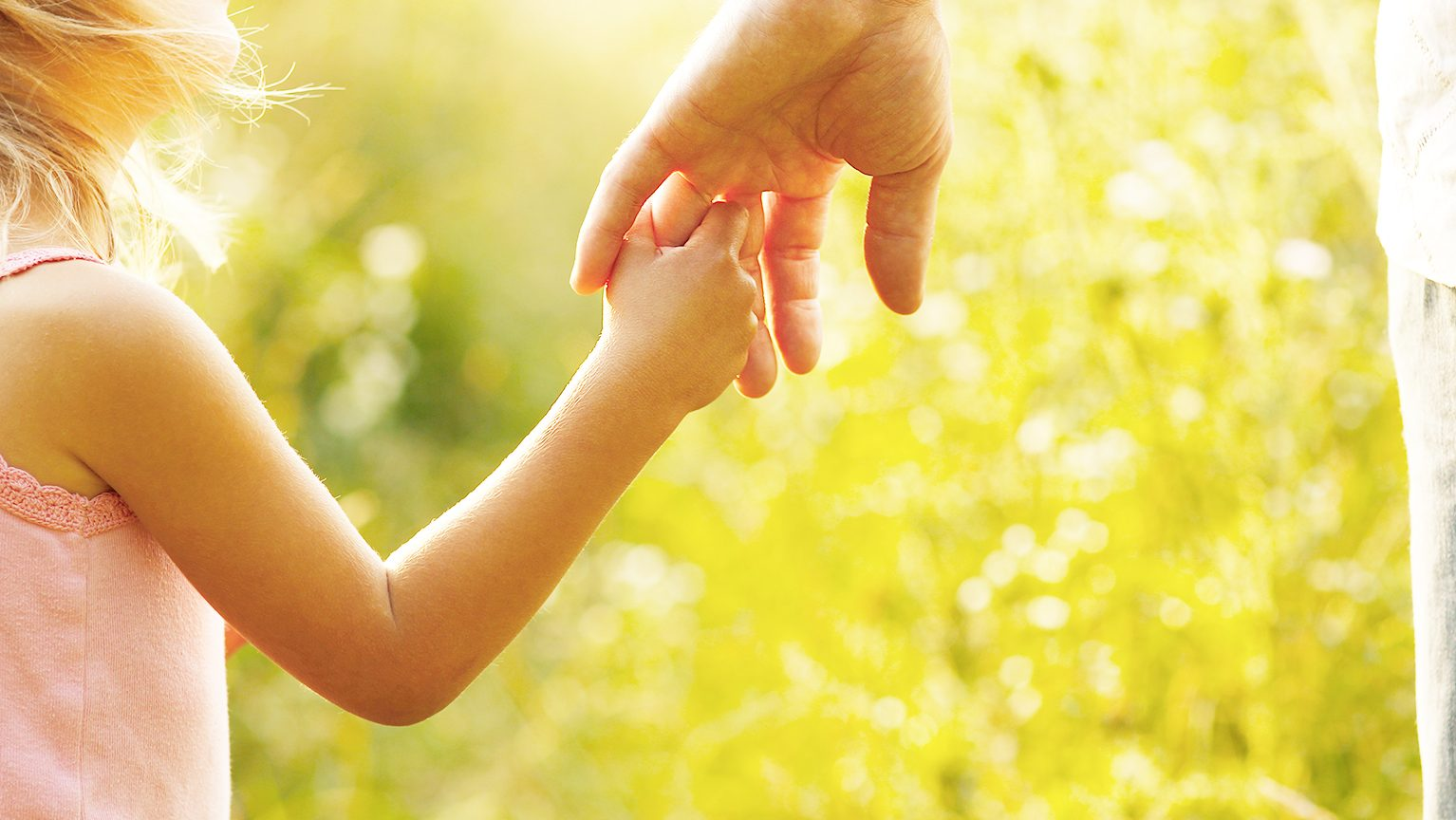 パパと手を繋ぐ女の子
