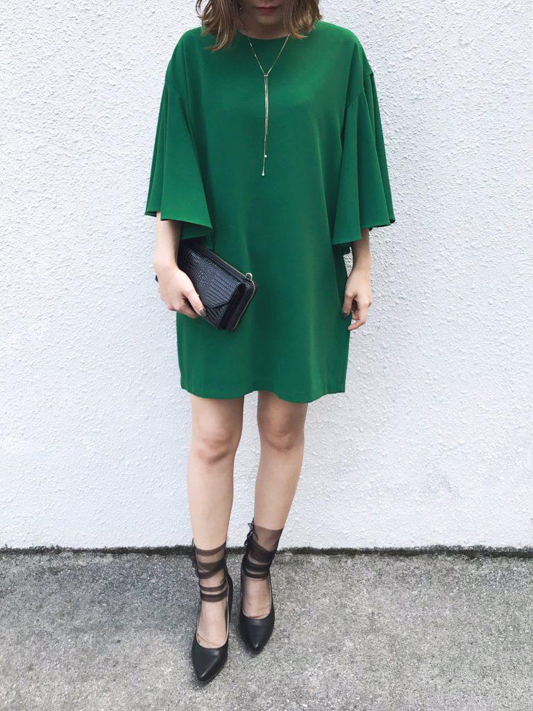 グリーンのミニ丈ドレス