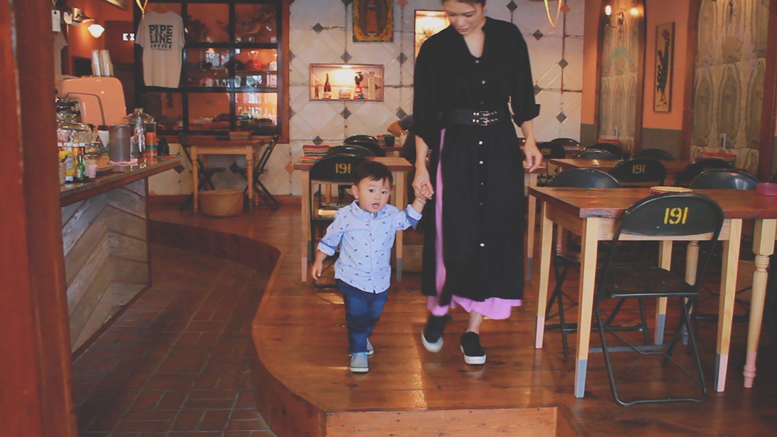 手を繋いで歩くママとお子さま