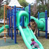 松山公園で遊ぶ父子