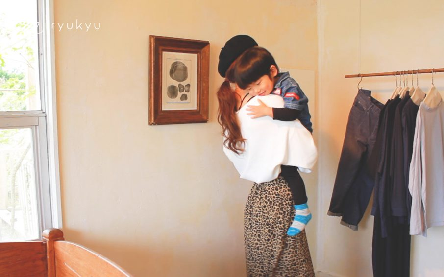ママ抱っこされる男の子