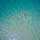 海に浮かぶ女性