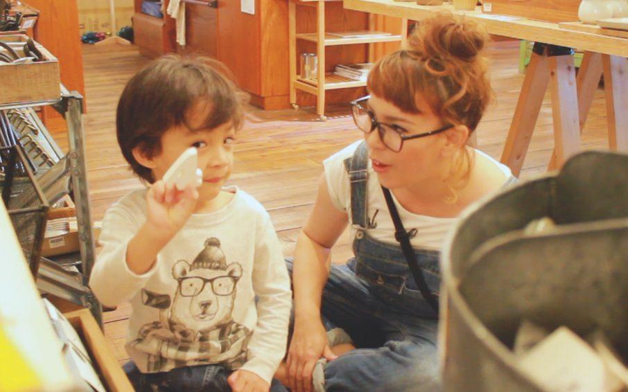 カメラ目線の男の子とママ
