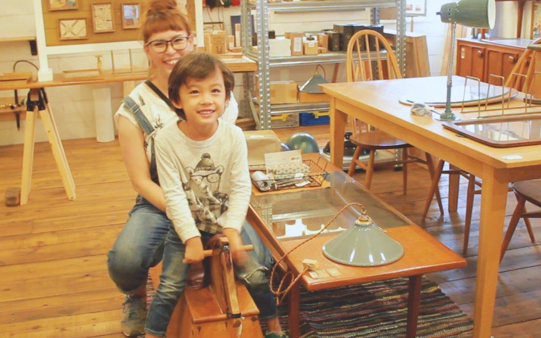 木馬で遊ぶママと男の子