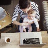 働くママとママの膝の上に乗る赤ちゃん