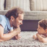 子どもと会話するパパ