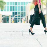ハイヒールで歩く女性