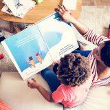 絵本の読み聞かせをしているママ