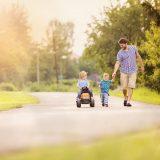 手を繋いで歩くパパと子