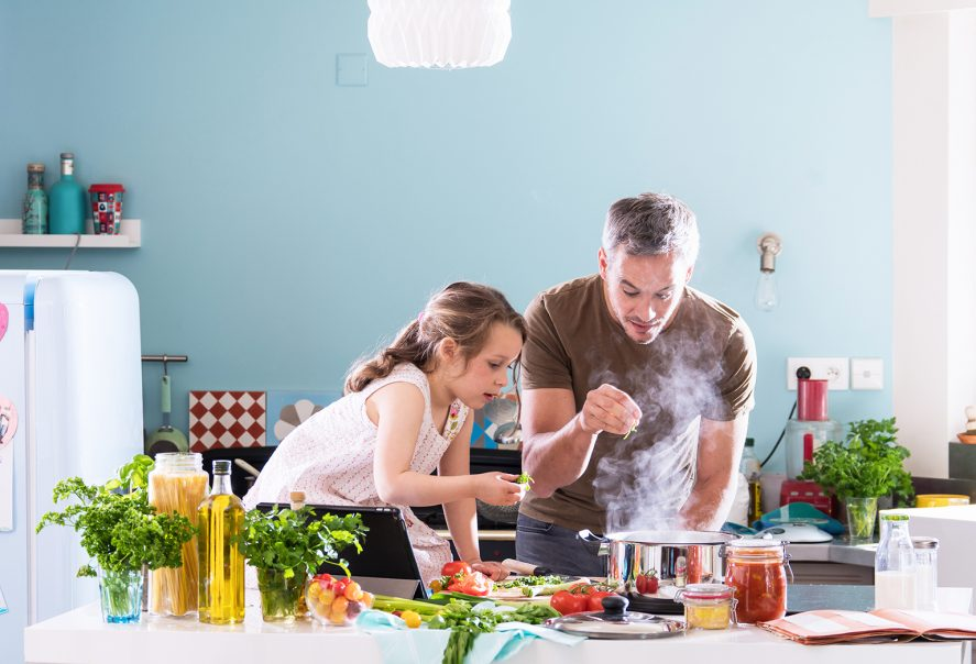 料理するパパと子ども