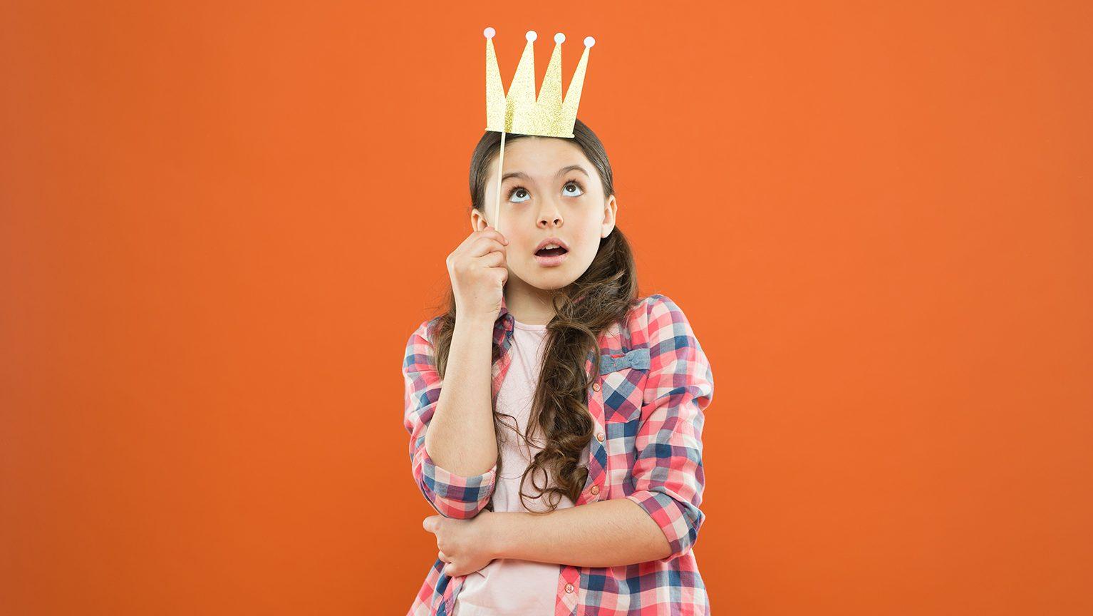 王冠をかぶる女の子