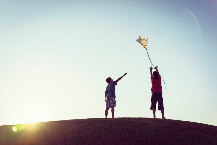 凧揚げをする子ども