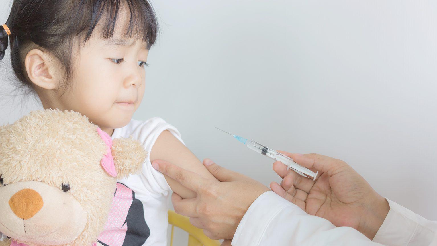 注射をされる女の子