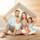 屋根をつくる家族