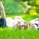 芝生に寝転ぶこども
