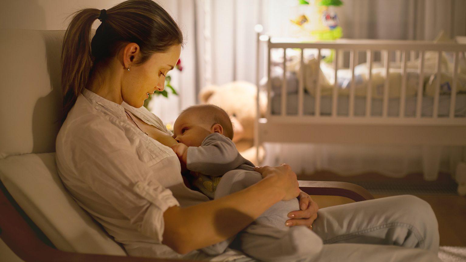 夜中のママと赤ちゃん