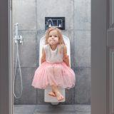 トイレに座る女の子