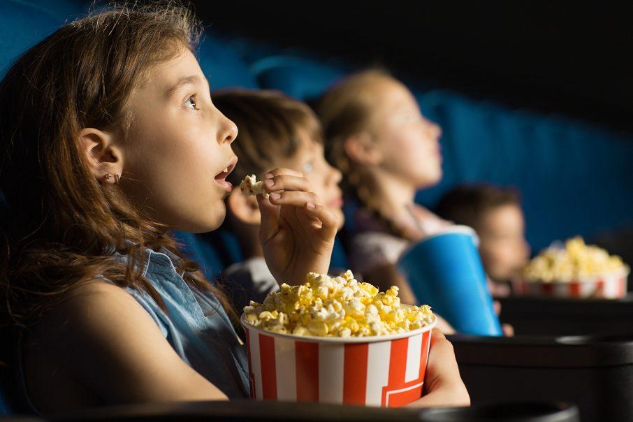 映画館で映画をみる子どもたち